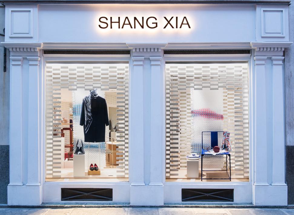Les kakémonos de Lily Alcaraz & Léa Berlier en vitrine de la boutique Shang Xia à Paris